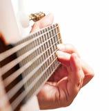Mão da mulher que joga a guitarra Foto de Stock