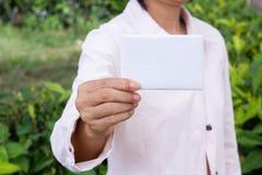A mão da mulher que mostra o envelope imagem de stock royalty free