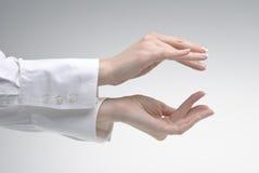 Mão da mulher que mostra o símbolo pequeno Foto de Stock