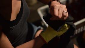 Mão da mulher que põe a garrafa do tampão do vinho tinto filme