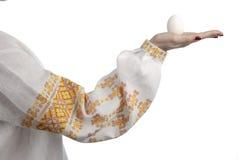 Mão da mulher que prende o ovo Fotografia de Stock
