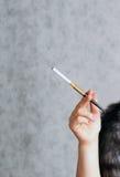 Mão da mulher que prende um cigarro Foto de Stock