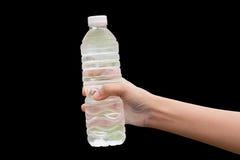 Mão da mulher saudável que guarda a garrafa de água fresca Fotografia de Stock Royalty Free