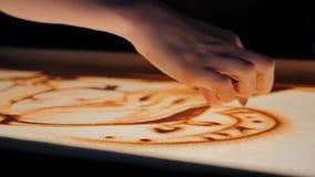A mão da mulher tira com areia vídeos de arquivo