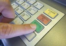 A mão da mulher usando o ATM Imagens de Stock Royalty Free