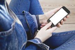 Mão da mulher usando o smartphone imagens de stock royalty free