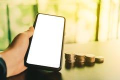 Mão da mulher usando o smartphone com do copyspace bonito colorido do bokeh do shopping fundo branco Negócio, sto financeiro, de  foto de stock