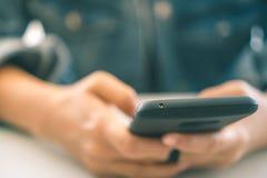 Mão da mulher usando o smartphone ou a tabuleta para fazer o mercado conservado em estoque do negócio, o financeiro ou da troca d fotos de stock royalty free