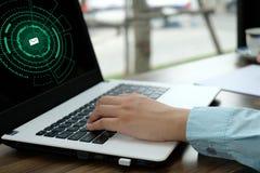 A mão da mulher usou o portátil sobre seu negócio, alart do computador do email fotografia de stock