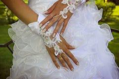 A mão da noiva com um bracelete do laço Foto de Stock
