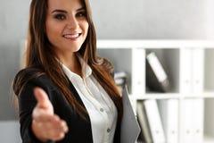 Mão da oferta da mulher de negócios a agitar como olá! no escritório imagens de stock royalty free