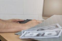 A mão da pessoa aceita o subôrno do dinheiro do projeto de construção, corrompido Foto de Stock Royalty Free