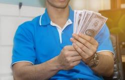 A mão da pessoa aceita o subôrno do dinheiro do projeto de construção, corrompido Fotografia de Stock