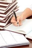 Mão da pessoa com original de assinatura do livro da pena Imagem de Stock Royalty Free