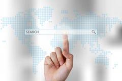 Mão da pessoa do negócio que empurra a barra da busca no tela táctil fotografia de stock royalty free