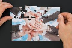Mão da pessoa que guarda o enigma de serra de vaivém Imagens de Stock