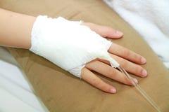 Mão da solução IV e do paciente Fotografia de Stock Royalty Free