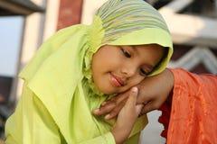 Mão da terra arrendada da criança do Islão imagens de stock