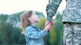 Mão da terra arrendada da menina de seu pai com ambas as mãos filme