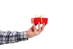 A mão da terra arrendada vestida ocasional do homem decorou o presente do Natal Fotografia de Stock