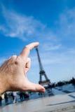 Mão da torre Eiffel Fotos de Stock Royalty Free