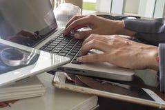 A mão das mulheres imprimiu em um portátil fotografia de stock royalty free