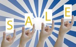Mão das mulheres que guardam a etiqueta ou a etiqueta do papel vazio Imagem de Stock