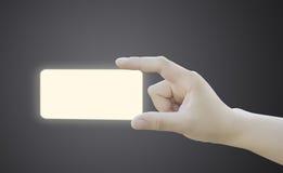 Mão das mulheres que guardaram a etiqueta ou a etiqueta do papel vazio Imagem de Stock Royalty Free