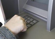 Mão das senhoras do ATM foto de stock
