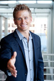 Mão de alargamento do homem de negócios para o aperto de mão foto de stock royalty free