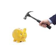 Mão de Businessmanâs aproximadamente para quebrar um banco piggy Imagem de Stock