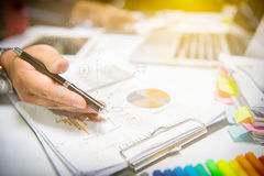 Mão de Businessman do desenhista usando o telefone esperto, onli móvel dos pagamentos Foto de Stock