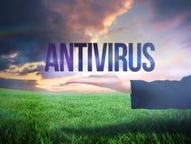 Mão de Businesswomans que apresenta o antivirus da palavra Fotos de Stock Royalty Free