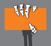 Mão de esqueleto que guarda o cartão, cartão de crédito Foto de Stock Royalty Free