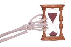 Mão de esqueleto que guardara o temporizador da areia ilustração stock