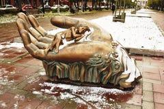 Mão de ferro com o monumento da criança Fotografia de Stock
