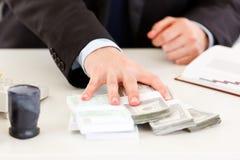 Mão de homem de negócio que dá blocos do dinheiro Fotos de Stock Royalty Free