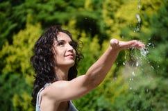 Mão de lavagem da mulher feliz sob a água Foto de Stock