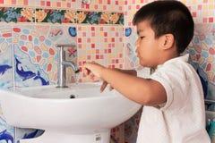 Mão de lavagem de Little Boy na sala de lavagem Imagem de Stock Royalty Free