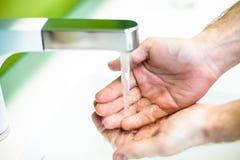 Mão de lavagem sob o água da torneira Fotos de Stock