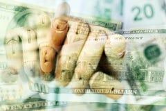 Mão de madeira que mantém o detalhe ascendente próximo dos dólares macro Imagens de Stock Royalty Free