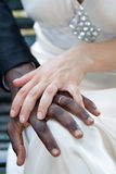 A mão de mulher branca na mão do homem negro - esposos Imagem de Stock Royalty Free