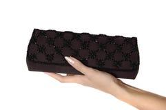 Mão de mulher nova que mantem a bolsa elegante isolada Fotos de Stock