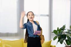 mão de ondulação da criança preteen adorável fotografia de stock