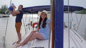 A mão de ondulação da mulher olá!, bom pai toma do filho no barco de prazer, fêmea bonita das férias de verão com família vídeos de arquivo