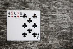 Mão de pôquer: cartões de jogo retos na tabela de madeira Fotografia de Stock