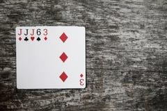 Mão de pôquer: três de um rei Cartões de jogo na tabela de madeira Imagem de Stock Royalty Free