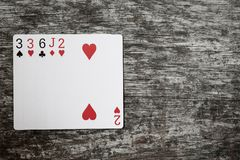 Mão de pôquer: um par Cartões de jogo na tabela de madeira Imagens de Stock Royalty Free
