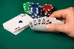 Mão de pôquer no braço masculino imagem de stock royalty free