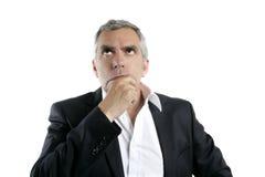 Mão de pensamento sênior do homem de negócios no cabelo do cinza da face foto de stock royalty free